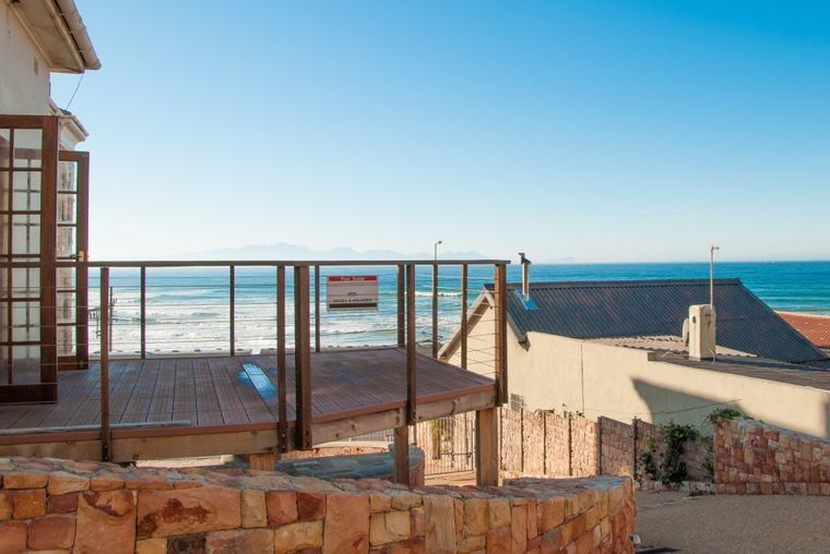 R 2 950 000 Dive into Surfers Corner from this quaint cottage.